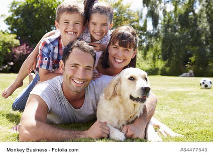 Familie mit Hund und Kindern